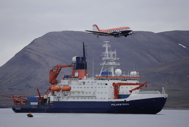 The research aircraft Polar 5 flies over the research vessel Polarstern during a stopover on Spitsbergen (2015). Photo: Alfred Wegener Institute / Thomas Krumpen (CC-BY 4.0)