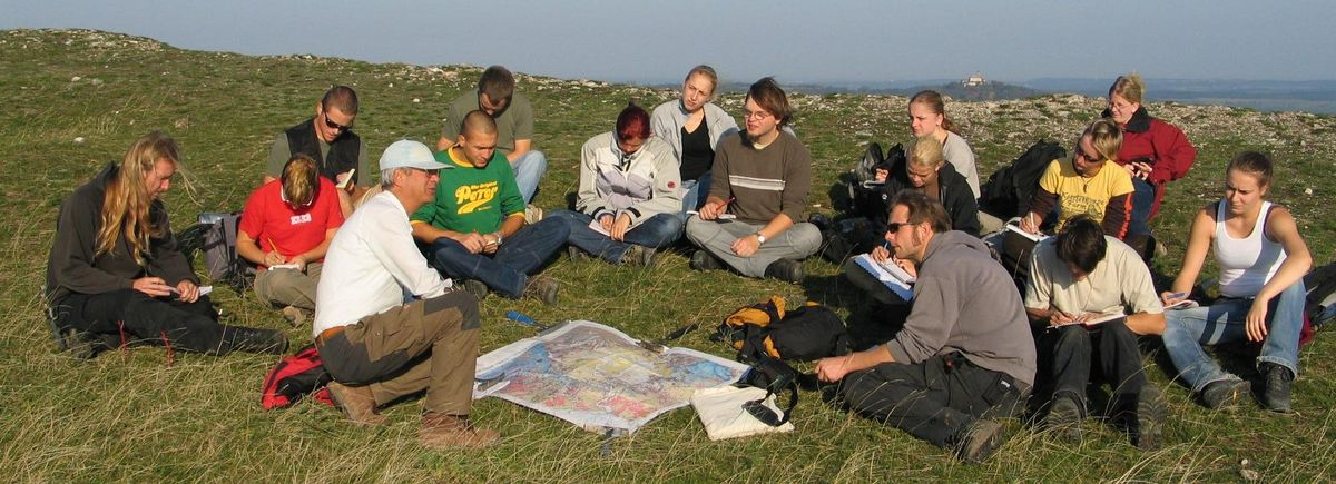 Prof. Ehrmann discusses the geology of the Nördlinger Ries with students. Photo: Gerhard Schmiedl